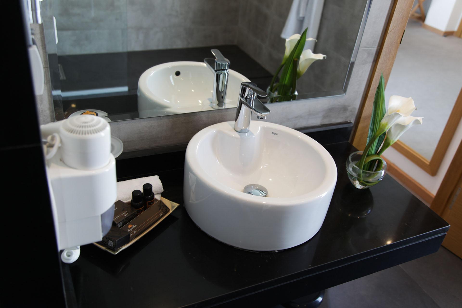 http://smartshotel.com/wp-content/uploads/2016/04/Suite-Bathroom-1.jpg