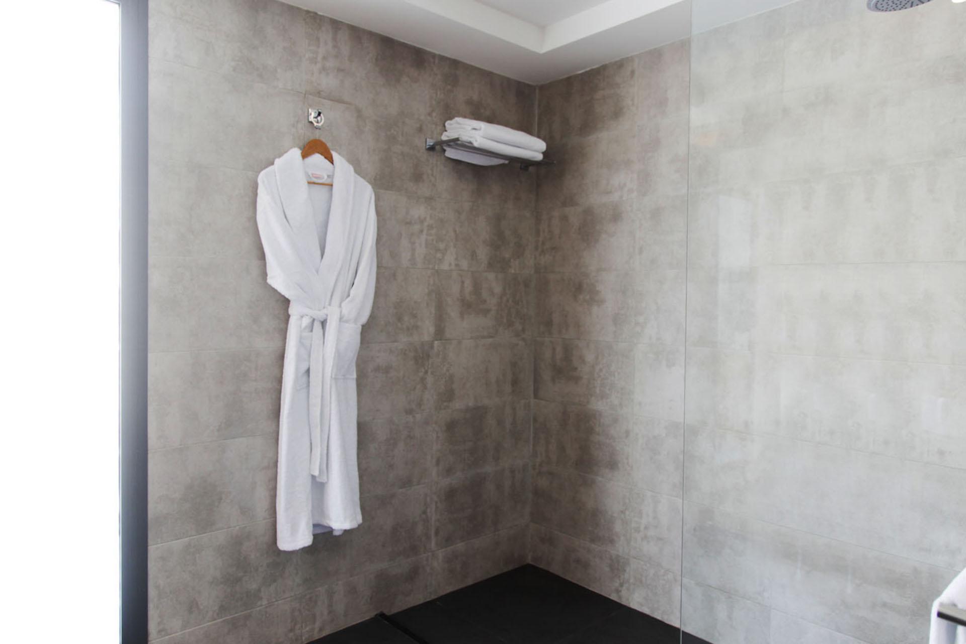 http://smartshotel.com/wp-content/uploads/2016/04/Suite-Bathroom-2.jpg