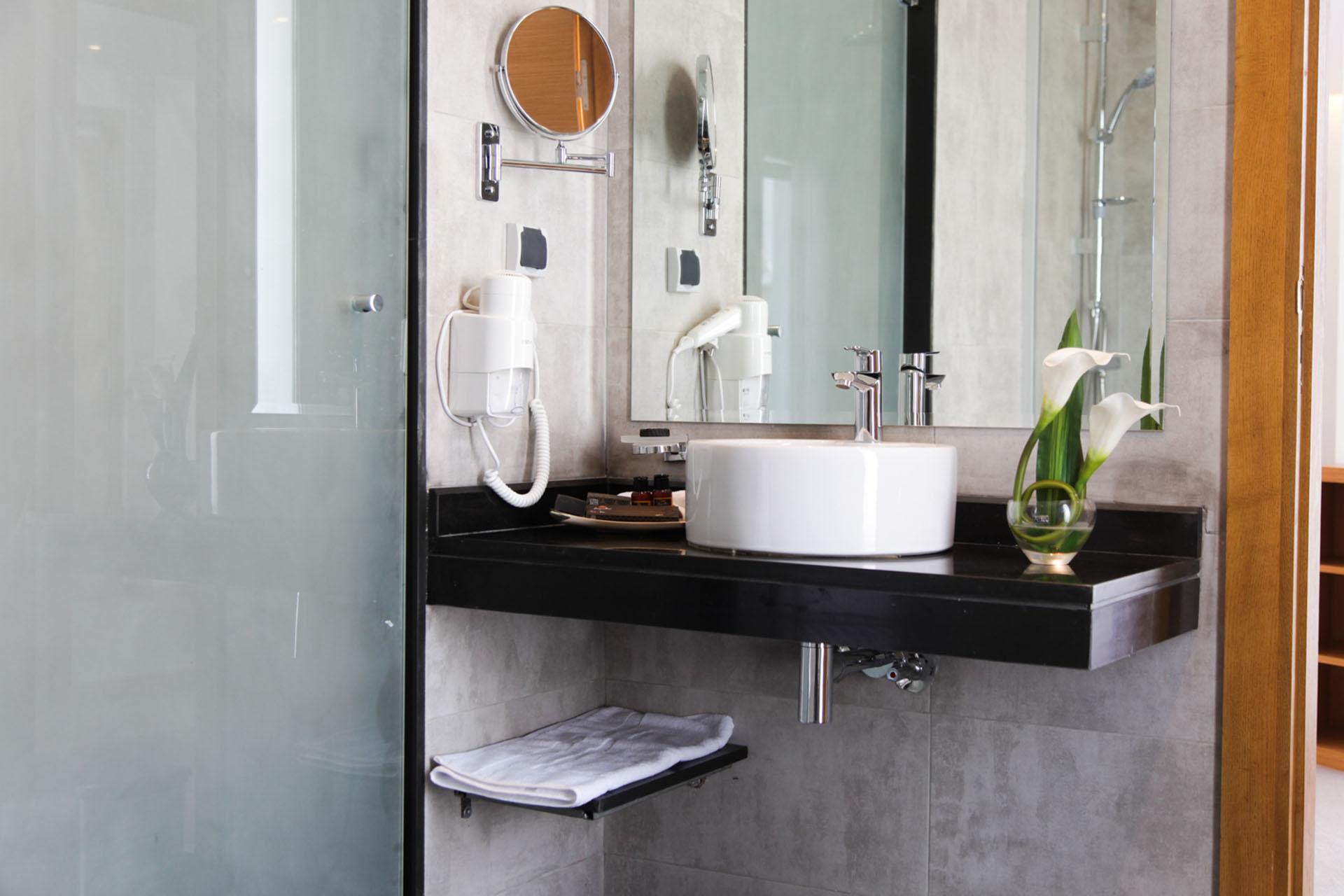 http://smartshotel.com/wp-content/uploads/2016/04/Suite-Bathroom.jpg