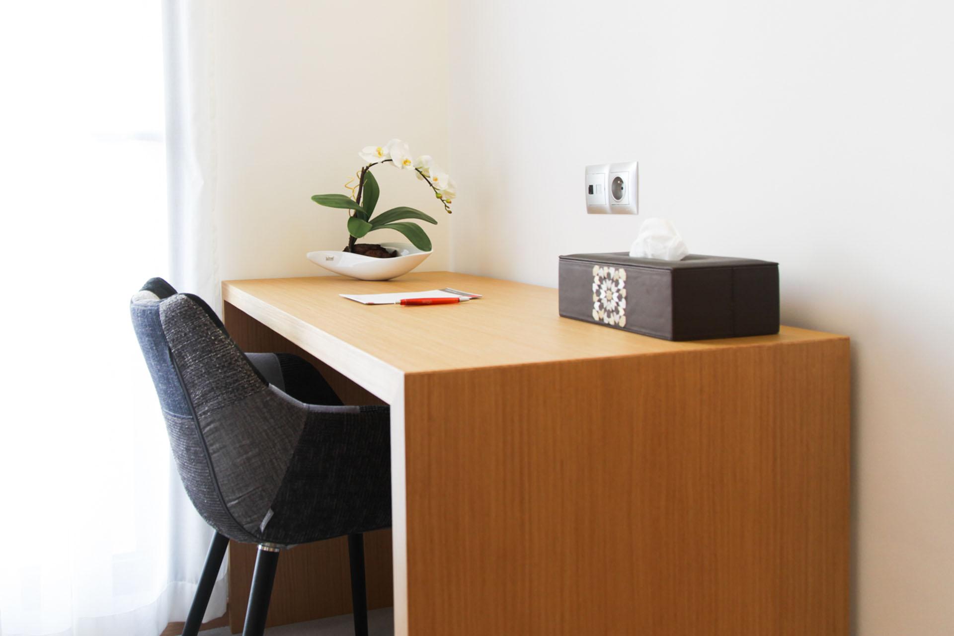 http://smartshotel.com/wp-content/uploads/2016/04/Suite-Working-Desk.jpg