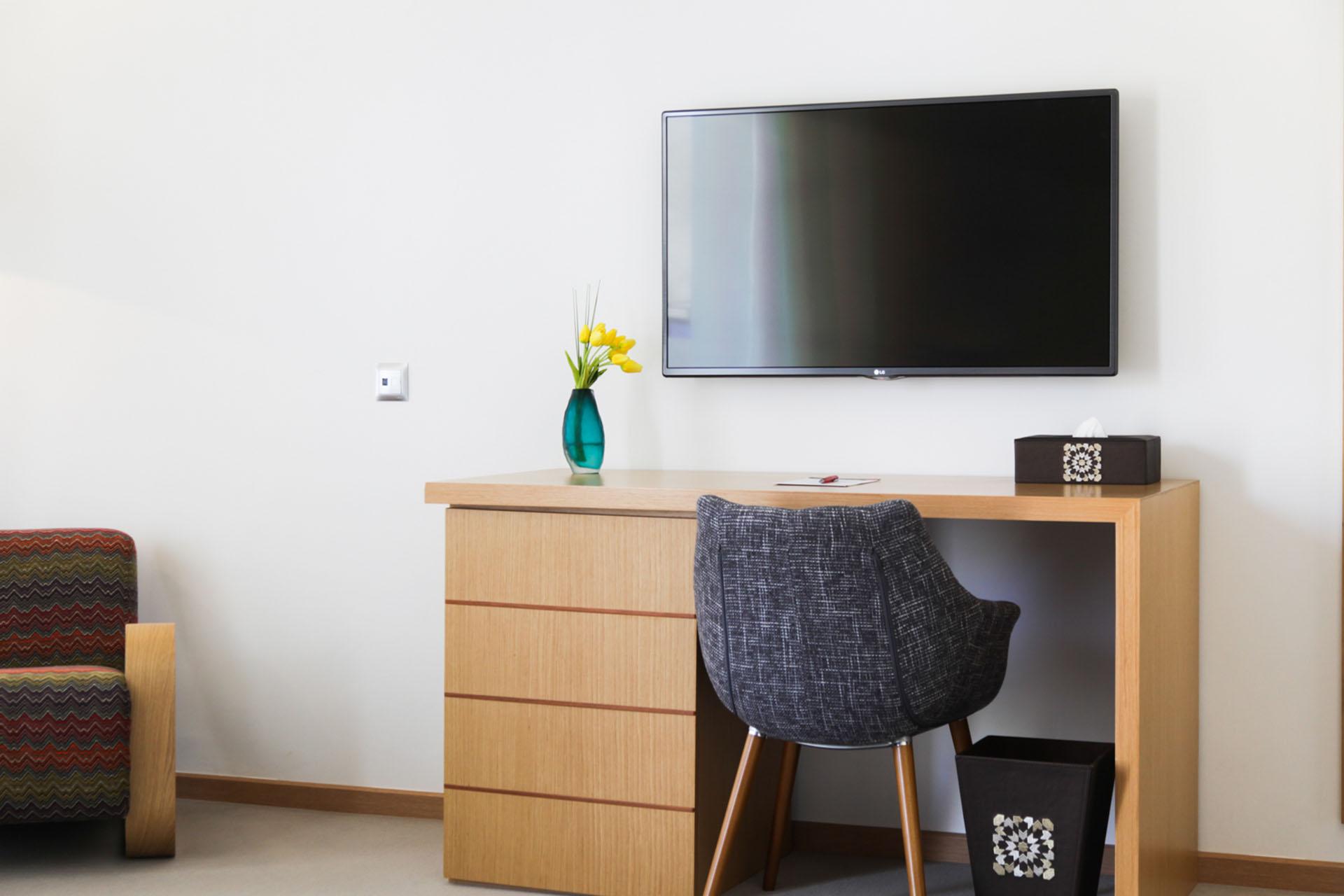 http://smartshotel.com/wp-content/uploads/2016/10/Superior-Room-Working-Desk.jpg